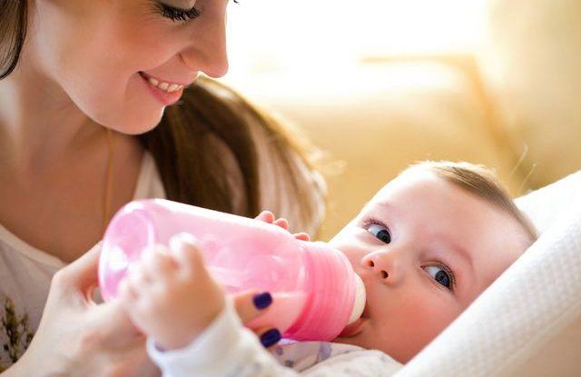 Jak naučit dítě na umělé mléko