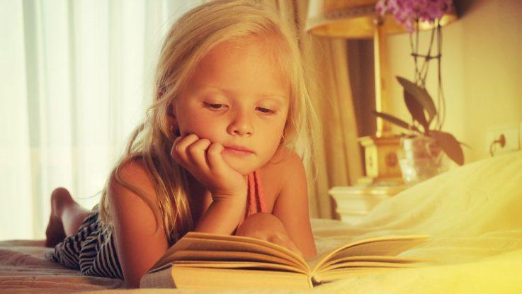 holčička čte knihy