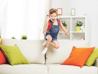 Proč děti skáčou na sedačce
