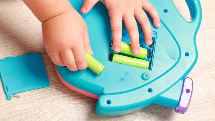 Olíznutí baterie, dítě strčí do pusy baterii