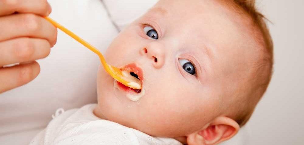 Kdy začít s příkrmy u kojených dětí
