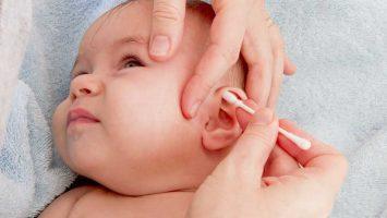 Čištění uší u miminek