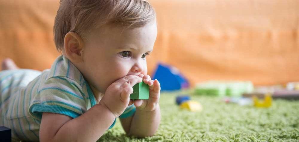 Co dělat když dítě spolkne kostku