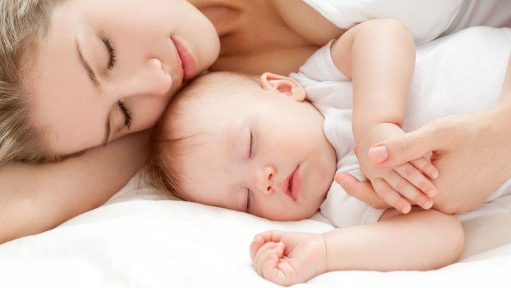 Zalehnutí dítěte v posteli