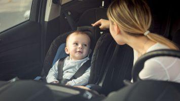 Dítě na přední sedačce v autě