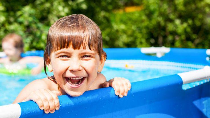 léto na zahradě u bazénu