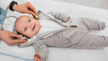 Screening sluchu u novorozenců a v pěti letech