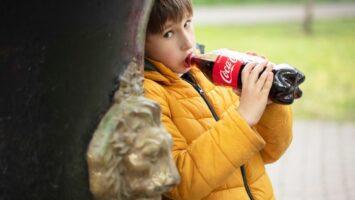 Proč by děti neměly pít kolu a tonic